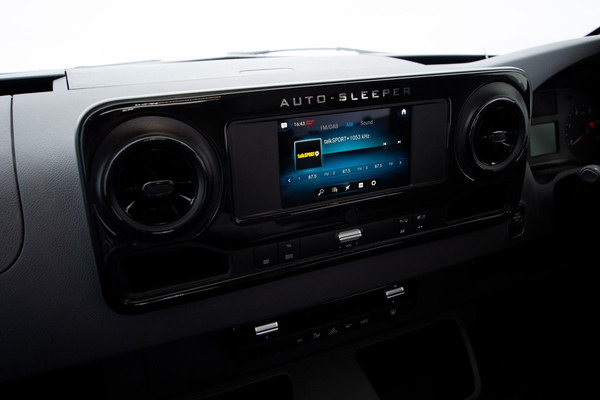 Mercedes media player and radio